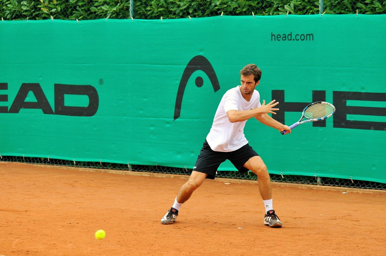 ヘッドのラケットを使用しているプロテニス選手は
